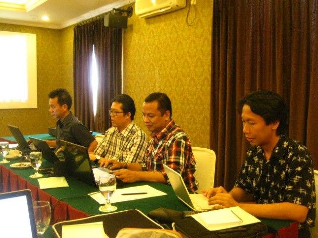 Edy Zaqeus dalam sebuah program in-house writing camp dengan salah satu bank papan atas di Indonesia.